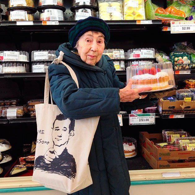 Mulher de 97 anos vira fenômeno no Instagram com fotos irreverentes