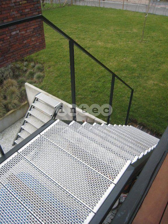 escalier exterieur palier avec marches perfor en acier inox avec ral couleur terrasse. Black Bedroom Furniture Sets. Home Design Ideas