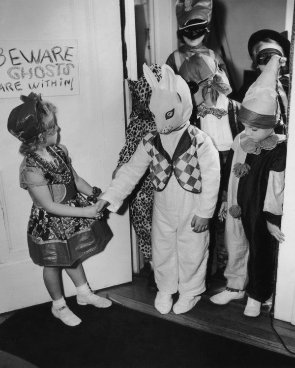 Halloween Photos From Way Back When Will Creep You The Eff Out Vintage Halloween Costume Halloween Photos Vintage Halloween Photos