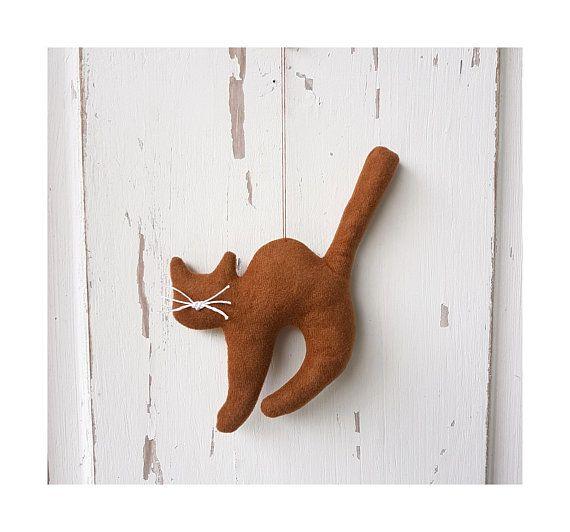 Kleines buckliges Kätzchen Stoffkatze Katze cat zur Deko