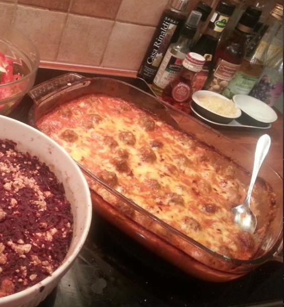 Lihapullei.    1kg jauhelihaa.  3 sipulia.  1 purkki kermaviiliä  3 munaa  suola,pippuri,muut mausteet.  Maustettu korppujauho.    Duunaa palleroisia.  Uuniin ja 200c, 20min.    Soosi.  Purkki paseerattua tomaattia  2prk kermaa  Kuivattu sipuli    Suola,sokeri,pippuri,muut mausteet.  Paljon juustoraastetta.    Pullat uunista ja vatiin.  Soosi päälle ja takas uuniin hautumaan niin pitkäks aikaa kun huvittaa.  Juustoa päälle ja nätti pinta ---> pöytään.