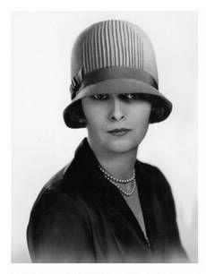0c5b2aa554465 Sombrero CLOCHE  mujeres llevaban estos sombreros con la pequeña ala que  cubría parte de los