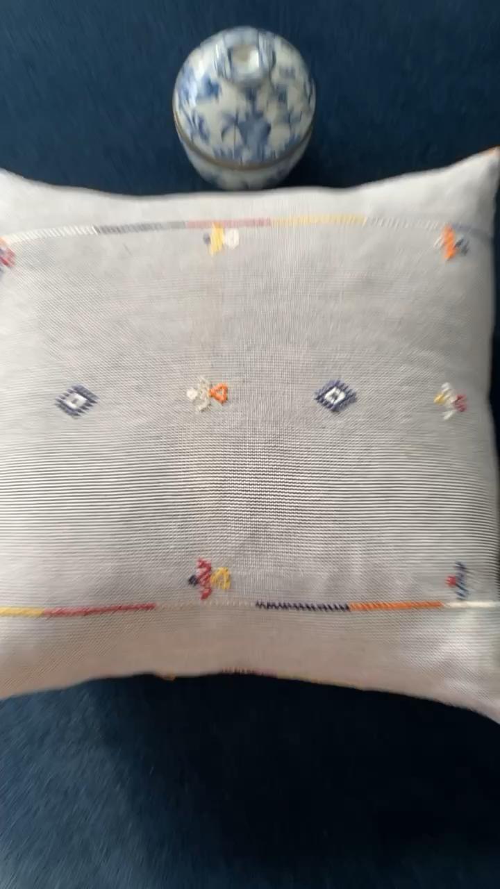 #handembroidered #madeinmexico #handmade #pillowcover #livingroomideas #couchdecor #interiors #inspo #decorideas #cozydecor #striped #cushion #cotton