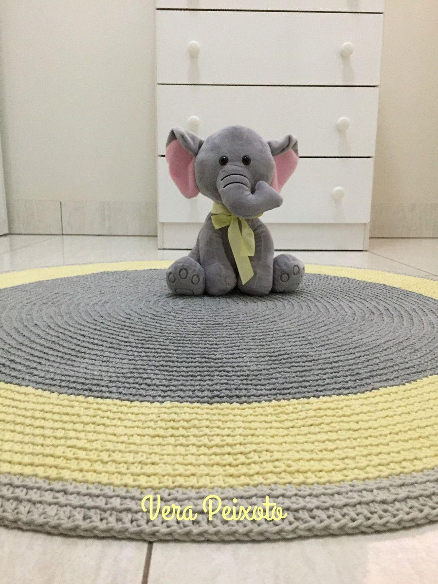 Lindo Tapete De Crochê , Nas Cores Cinza No Centro, Uma Faixa Amarelo Bebê E
