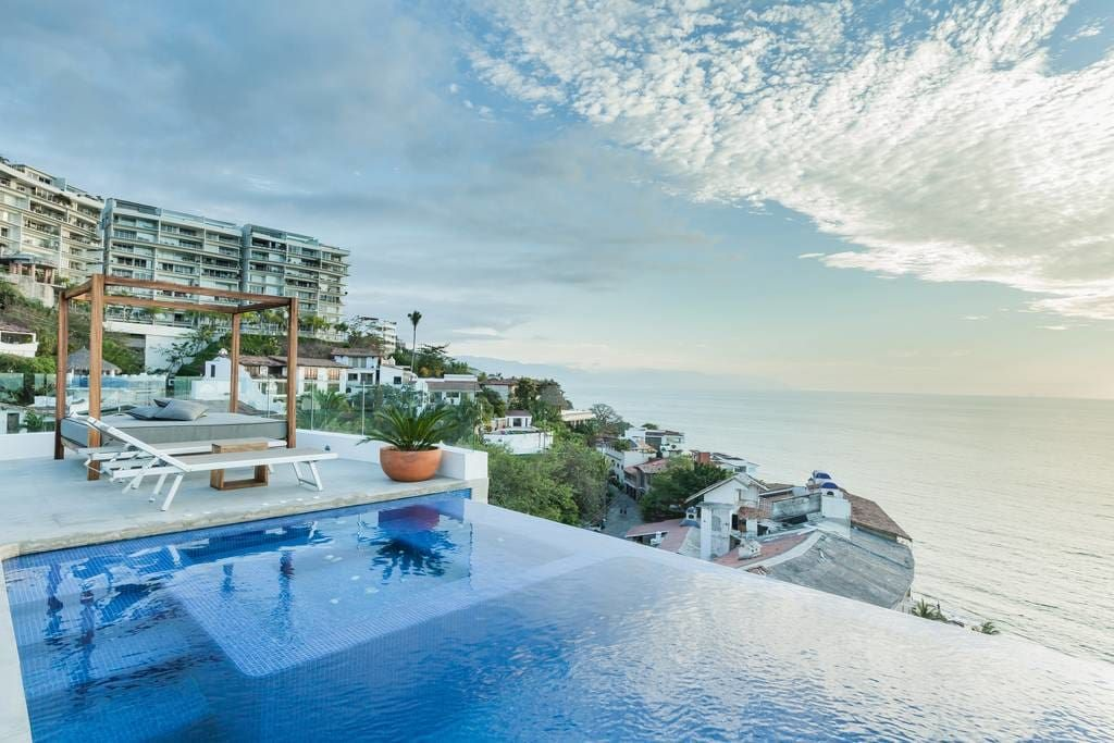 Apartment in Puerto Vallarta, Mexico. Located in the heart of the romantic zone, Romantic Amapas is a heaven of luxury itself.  Romantic Amapas is located in the Romantic Zone in the beautiful old town of Puerto Vallarta . Breathtaking views from the double terrace will provide a life...