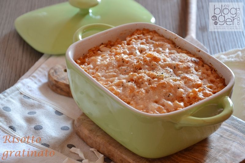 Risotto gratinato, un primo piatto semplice a base di risotto al pomodoro con formaggio e grana grattugiato, burro e pepe per una gratinatura perfetta.