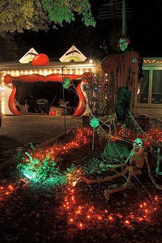 Clowning around garage facade Halloween Haul Pinterest Facades - halloween garage ideas