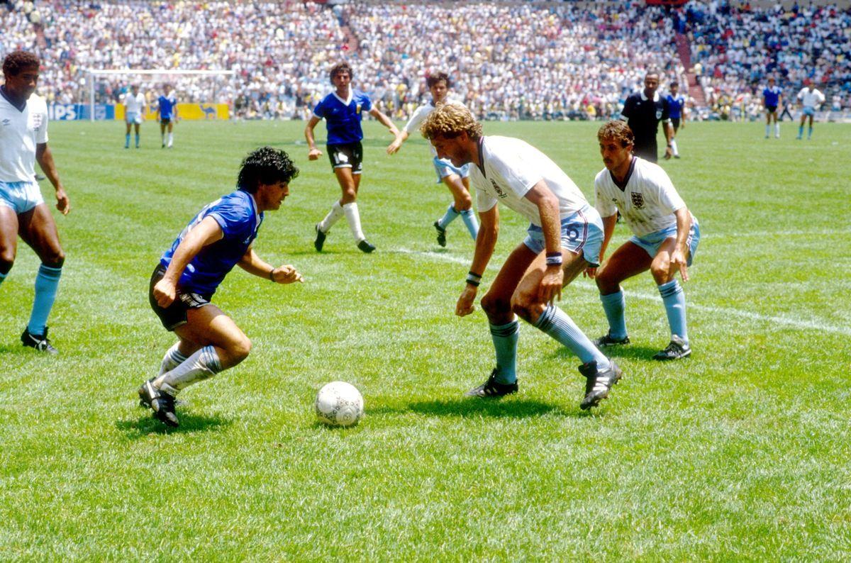 Diego Maradona Teniendo En Inglaterra Terry Butcher Y Kenny Sansom Durante La Copa D Diego Maradona Campeonato Mundial De Futbol Seleccion Argentina De Futbol