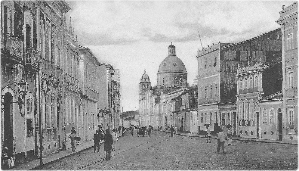 Antiga Rua de São Pedro, atual av. Sete de Setembro. Este foto foi publicada em cartão postal da Litho-Typ. Almeida. O selo do correio data de 15/04/1908. Esta época é anterior à demolição de Igreja de São Pedro, que estava justamente atrás do fotógrafo.