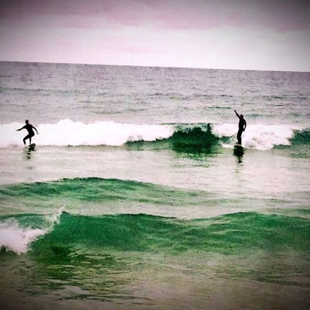 Surf bajo la lluvia en Zarautz