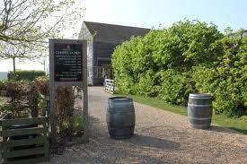 CHAPEL DOWN WINERY. corazón del sudeste de Inglaterra, se ha puesto en marcha una revolución de sabores. Chapel Down Winery ha ido amasando una buena cantidad de galardones por su gran selección de vinos de calidad, los cuales se elaboran, prueban y venden en sus viñedos de Tenterden, en Kent.