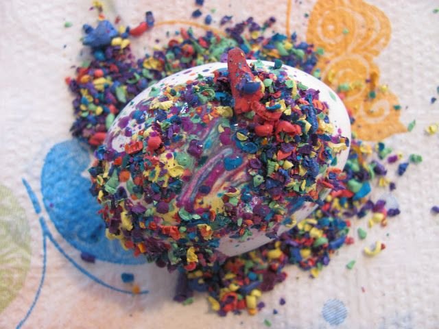 The Chocolate Muffin Tree: Crayon Shaving Decorated Easter Eggs