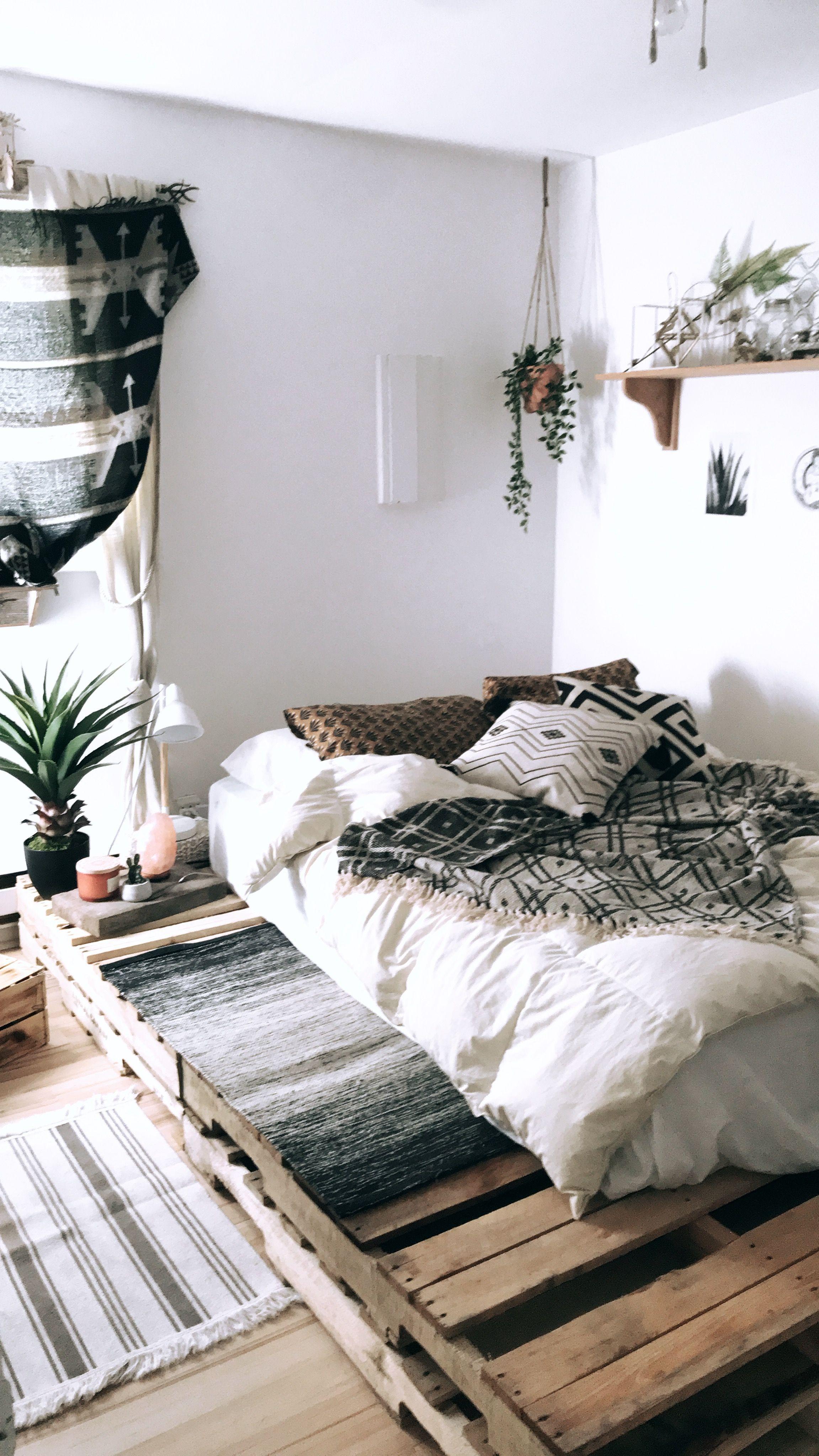 une chambre cocooning / ethnique dont le lit a été monté sur palette
