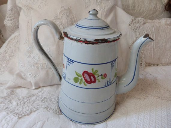 Cafetiere emaillee ancienne avec des roses