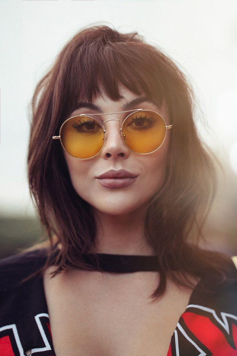 Capelli mossi con frangia e occhiali