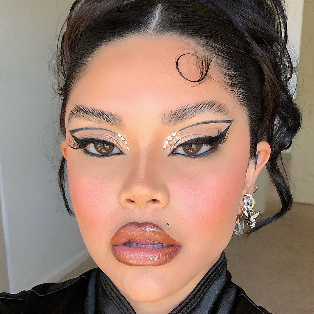 "Photo of 𝔖𝔱𝔢𝔫𝔦𝔢 on Instagram: ""🖤SIMPLE BUT CATTTTY🖤 Inspo: @claudiu.burca  Products: @hudabeautyshop black eyeliner  @milkmakeup hydro primer/ swish blush stick…"""