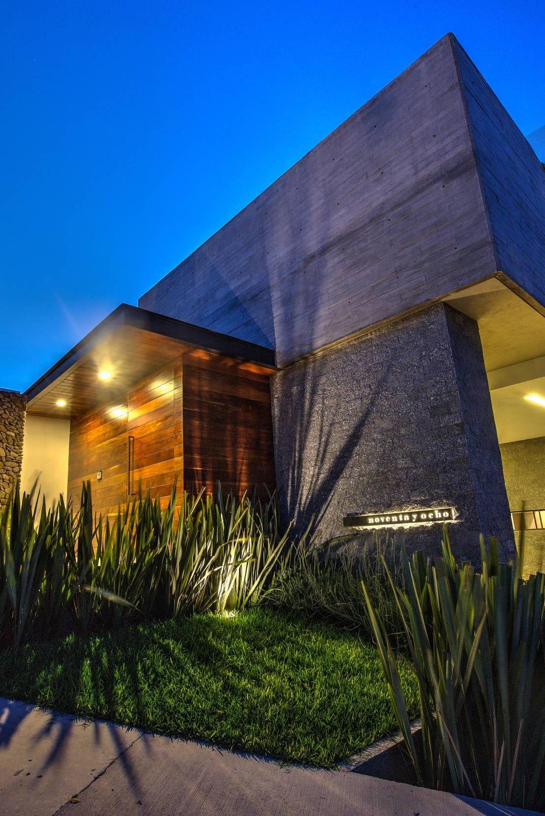 Fachada acceso 2 casas modernas de ze arquitectura for Accesos arquitectura