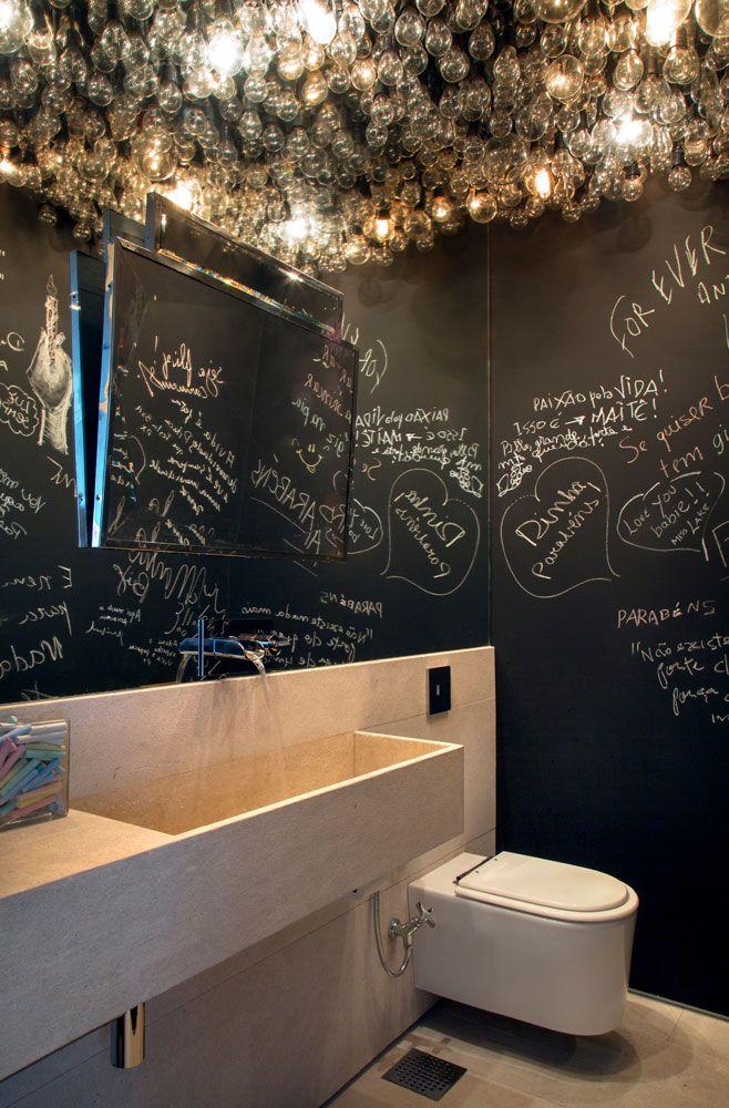 Salle de bain originale - Invasion d\u0027ampoules au plafond pour