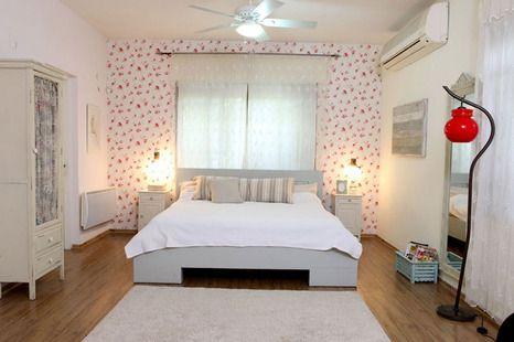 חדר שינה רומנטי עם נגיעות צבע אדומות