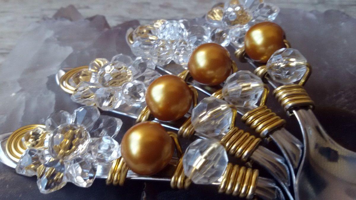 """""""Talheres Bordados é decorar as mesas com elegância e bom gosto. <br>São talheres em aço inox bordados com fio de alumínio e pedrarias, <br>que transformam um simples talher numa obra de arte. <br>"""