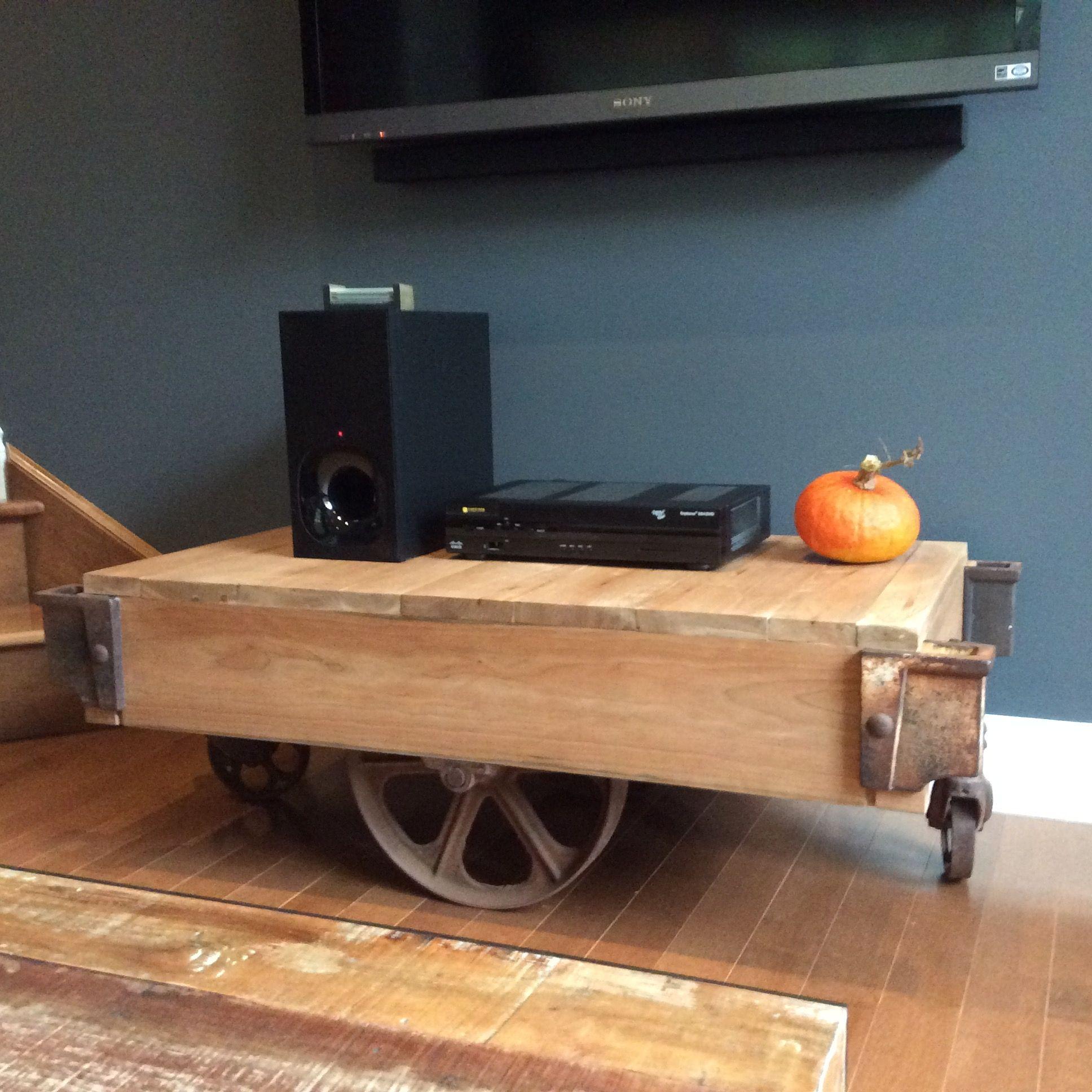 Table en cerisier faite à partir d'un vieux chariot en métal.   Wood table made with antique trolley frame.