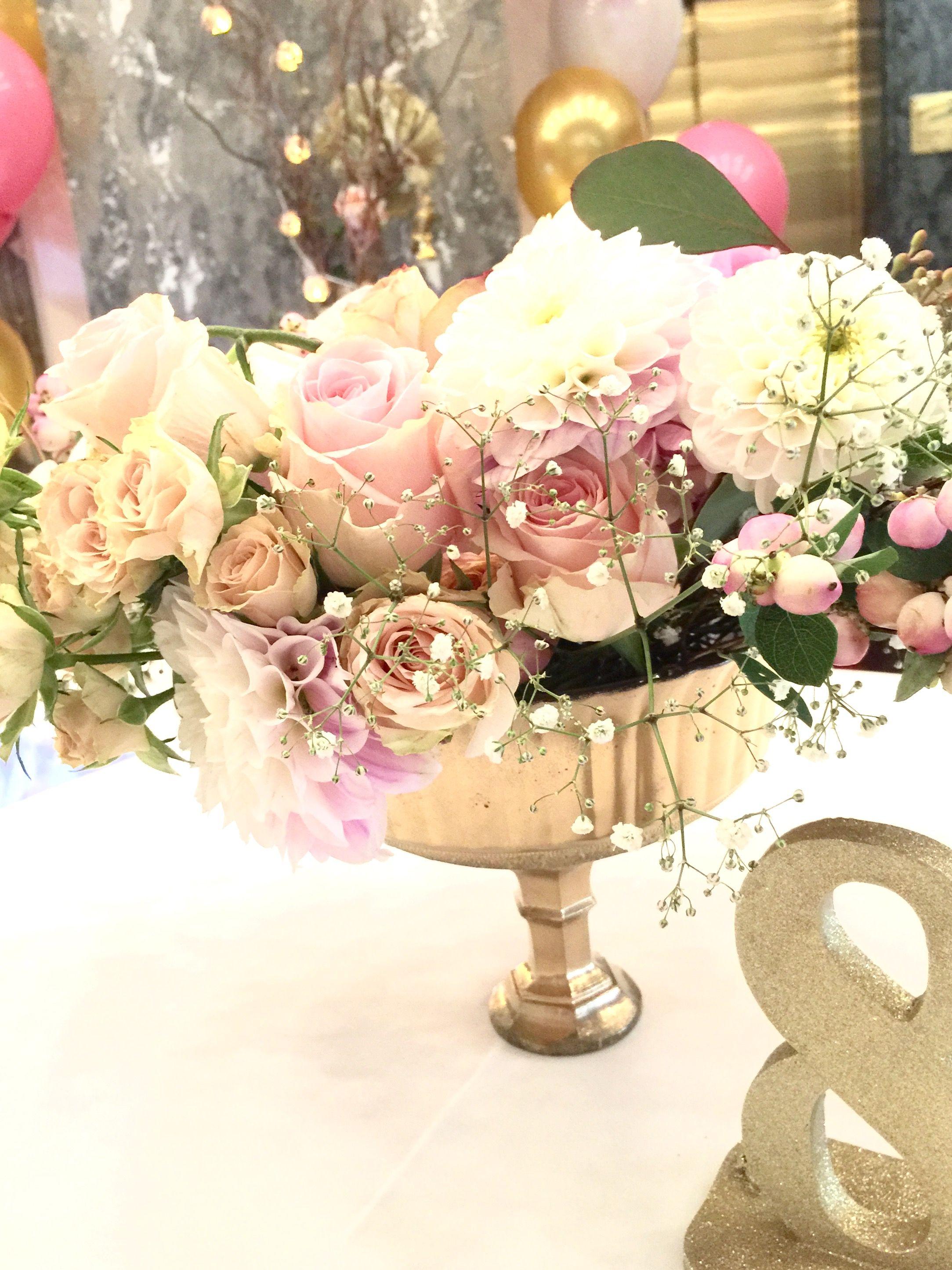 Tischdeko für Hochzeit  mit gold Amphore und üppiger Blumenfüllung.
