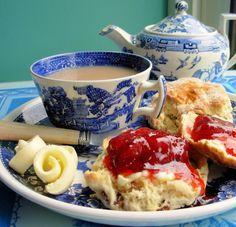 Traditionellen englischen Tee-Zeit-Scones mit Marmelade und Sahne aus Food.com: Essen Sie diese heißen, Split und mit frischen aufgewühlten Butter, Sahne und hausgemachte Marmelade, vorzugsweise Erdbeere verbreiten ........ nicht zu vergessen die Finger danach lecken - diskret!