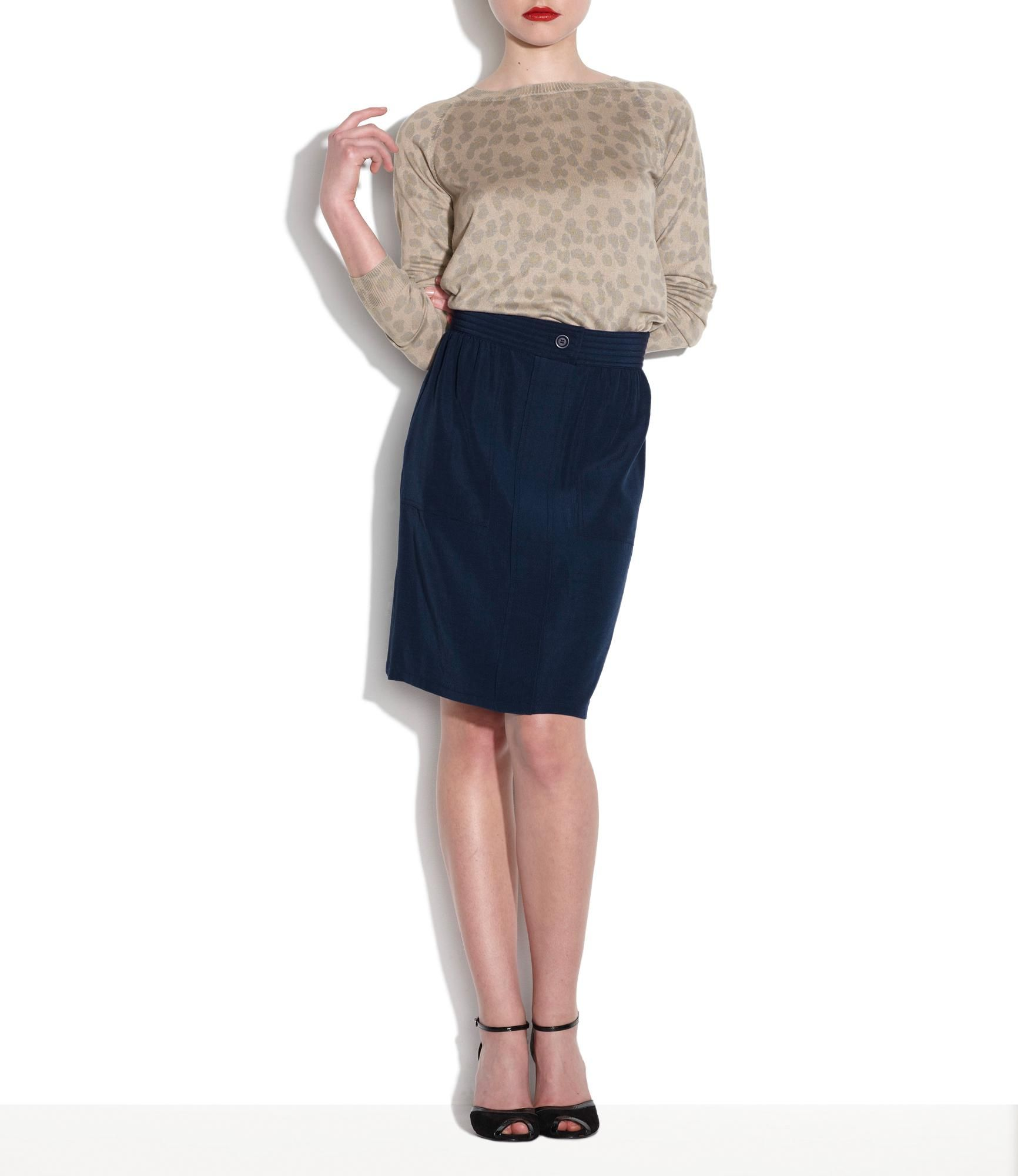 Safari skirt Textured fabric. Straight cut, slightly flared at bottom. Rather high waist. Hidden back zip closure. Cotton blend lining. €147