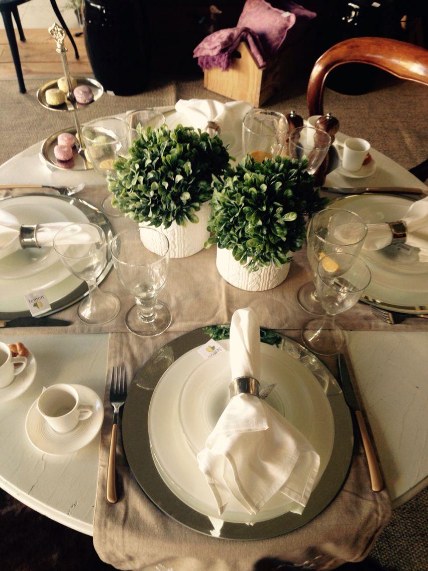 Branco e bege para uma mesa clássica