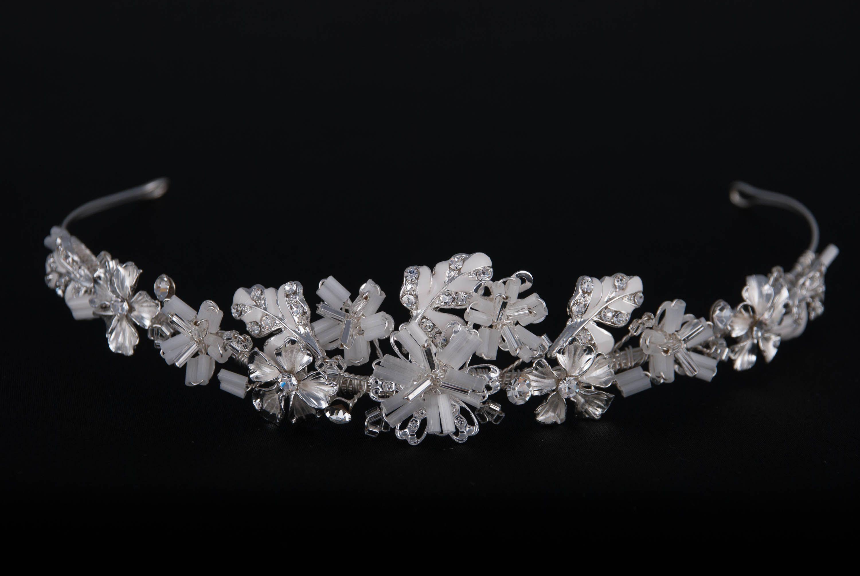 Kleines Diadem von Weise      Edler, kleiner Haarschmuck mit üppigem Blüten-Arrangement     Dekoriert mit Blüten, Stäbchen-Perlen, Strass und kleinen Blättern     Biegsamer Reif: Kann optimal an die Brautfrisur angepasst werden