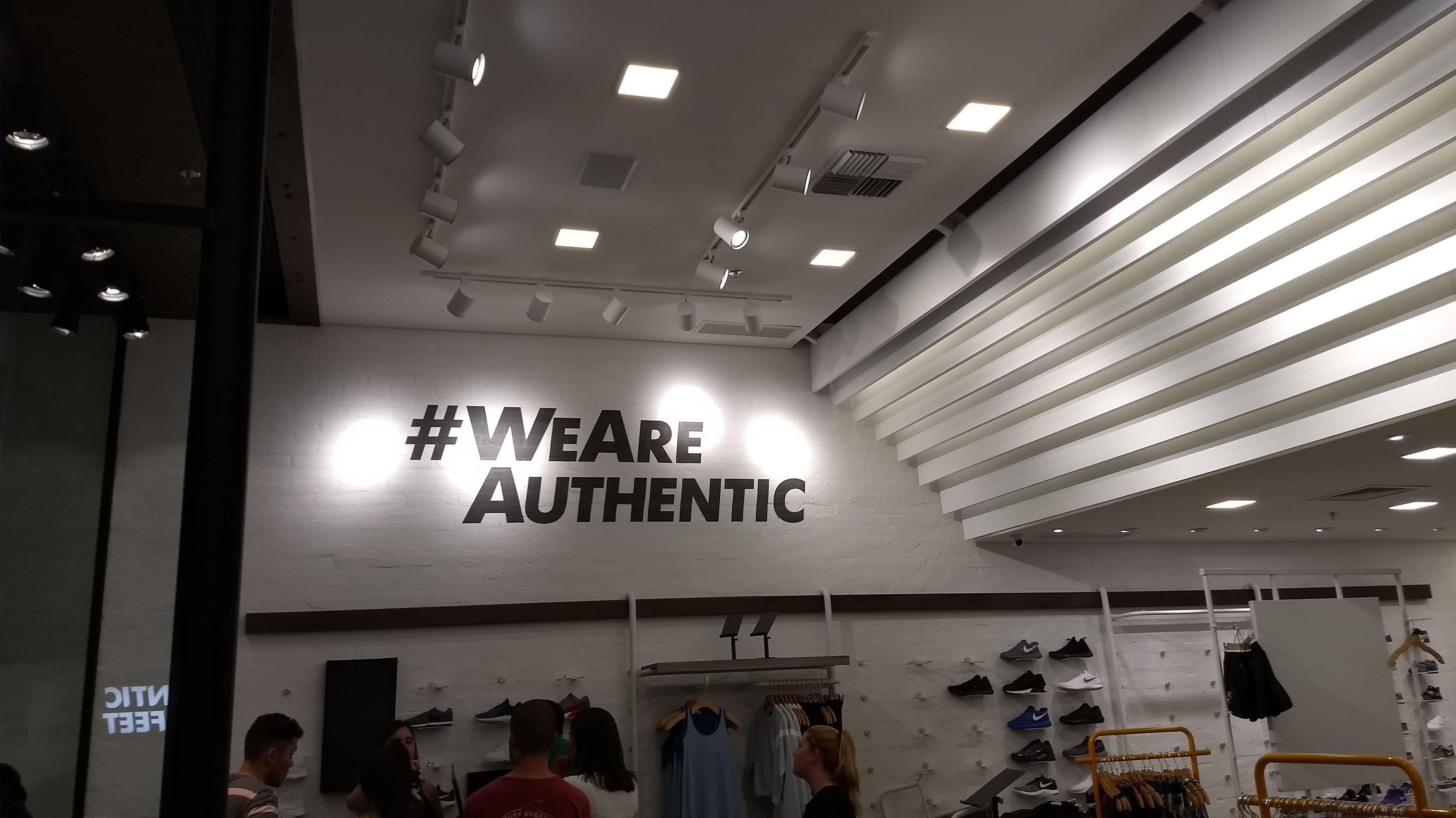 f7e6ef04d6 Logo  WeAreAuthentic em loja Authentic Feet - Morumbi Town