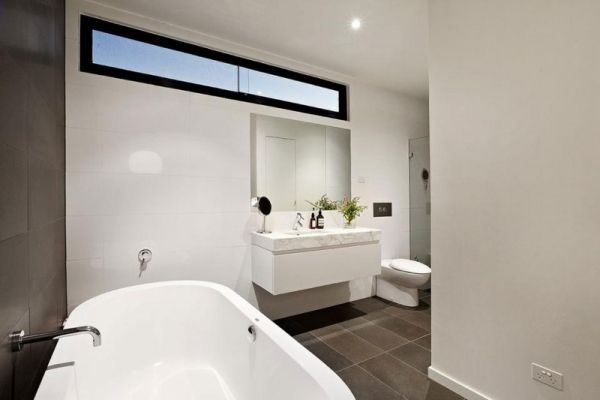bad-design fenster weiße-badmöbel wanne badezimmer | architecture, Hause deko
