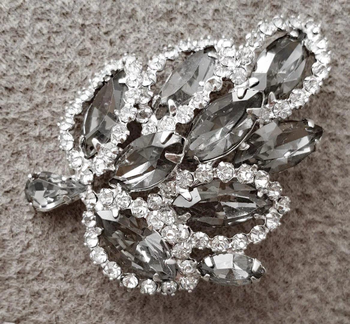 Vintage Rhinestone Brooch ~ Weiss ~ Smoke /& crystal