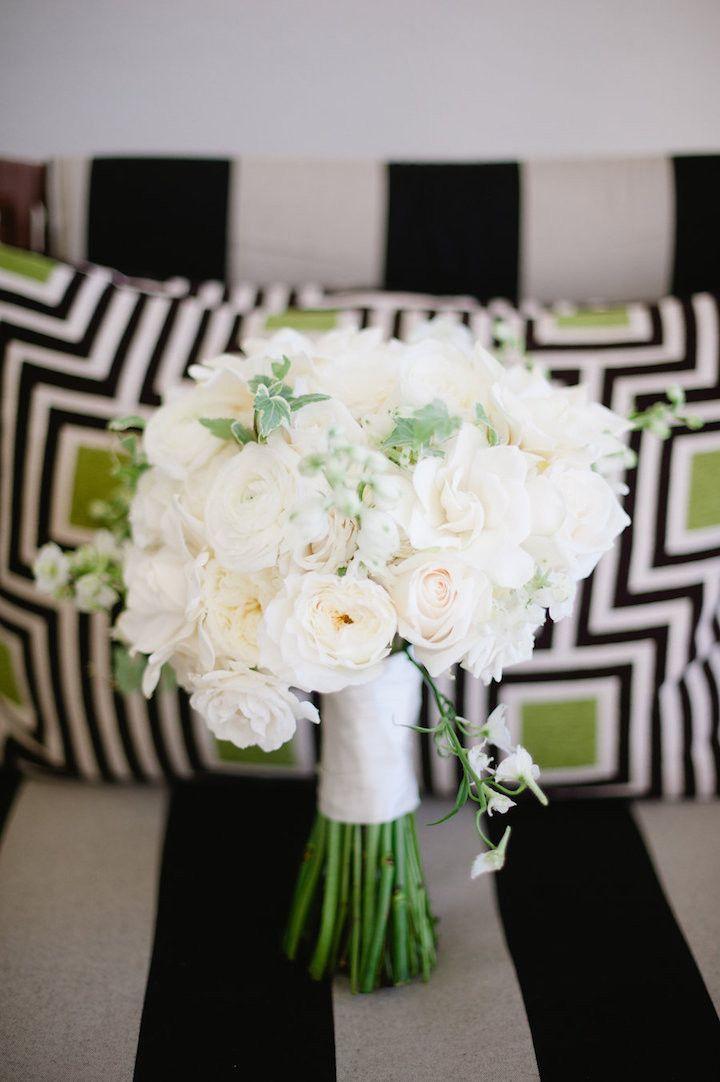 Such a refreshingly pretty ivory wedding bouquet! Photographer: Hazelnut Photography