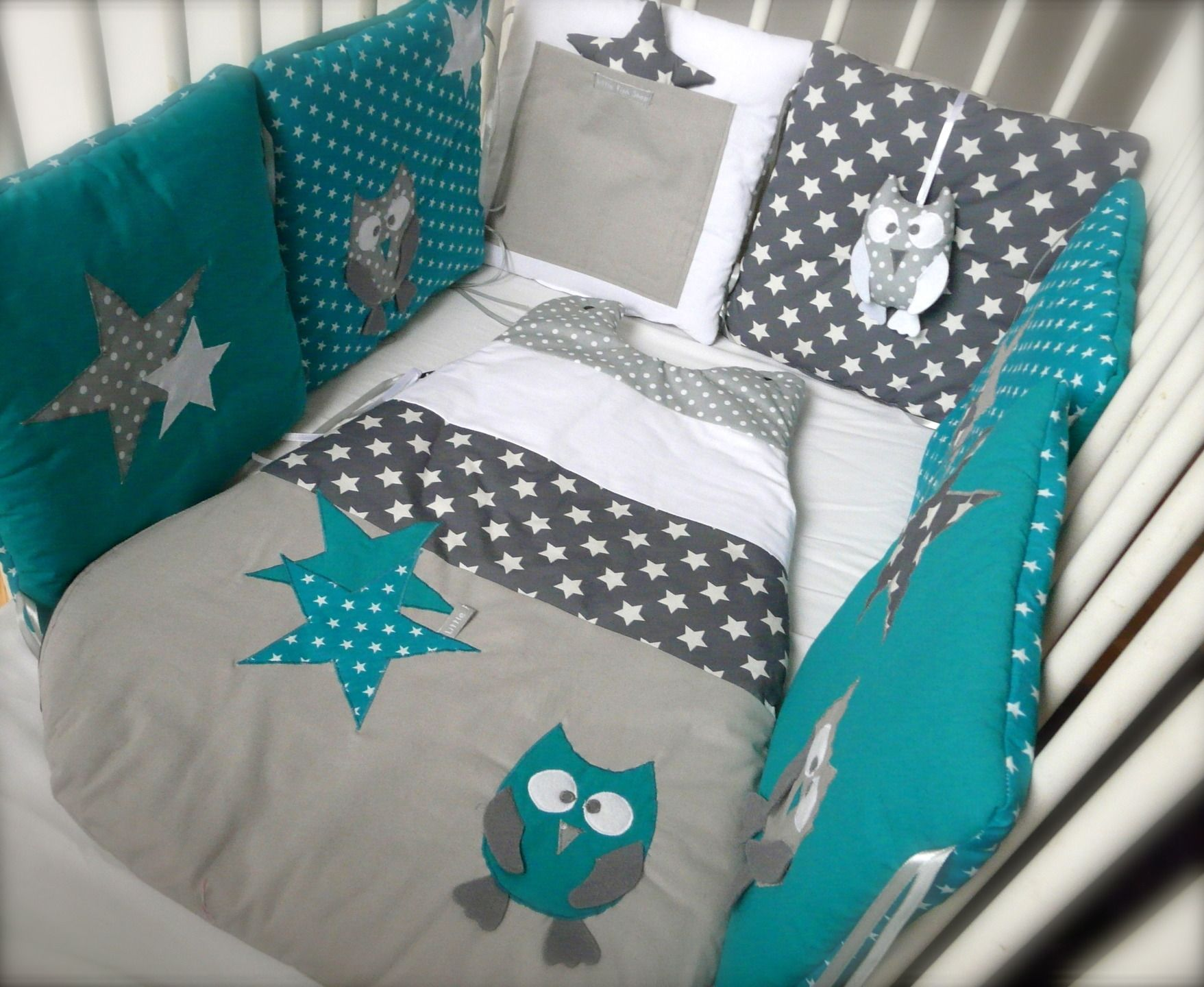 tour de lit chouettes et toiles bleu canard et gris. Black Bedroom Furniture Sets. Home Design Ideas