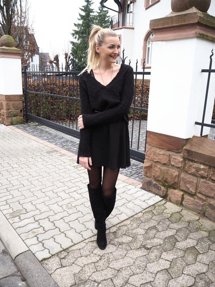 Schwarzes kleid mit overknees