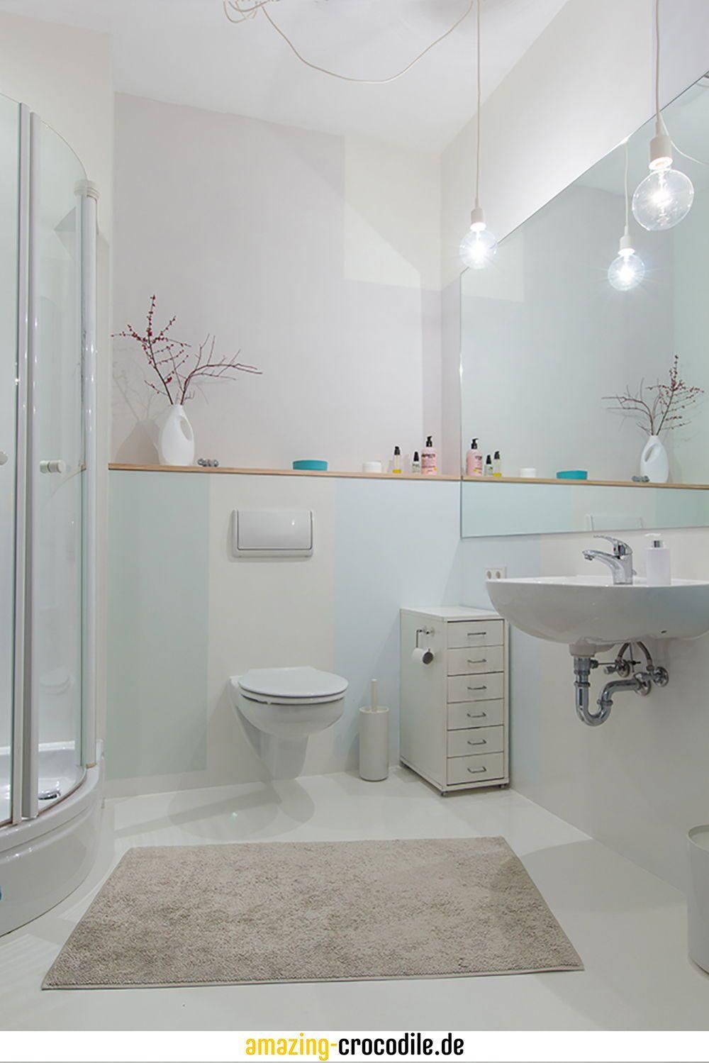 Innenliegendes Helles Bad Individuell In Verschiedenen Pastellfarben Gestrichen Der Spiegel Vergrossert Das Bad Optisch Stauraum Badgestaltung Bad Badezimmer
