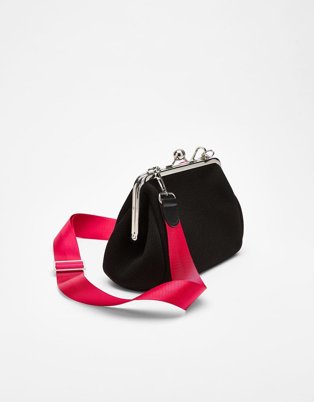 Cüzdan tipi çanta. Bununla beraber her hafta Bershka da yeni ... fb52fb5d9f859