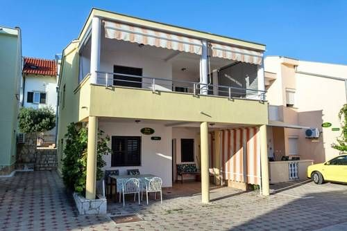 Apartment Petrcane 3285a Petrcane Apartment Petrcane 3285a offers pet-friendly accommodation in Petrcane, 1.2 km from Petrcane Beach and 1.4 km from Petrcane Bus Stop. Guests benefit from free WiFi and private parking available on site.
