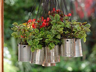 Mini macetas colgantes con latas de conserva p a slapka ideas jard n garden potting - Como hacer maceteros colgantes ...