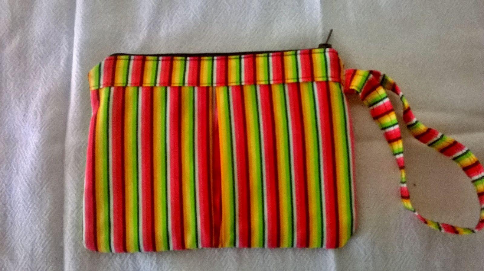 Bolsinha de mão em tecido para saídas rápidas