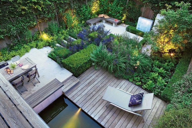 Un Giardino Con Dislivelli E Tante Piante Sempreverdi E Rampicanti