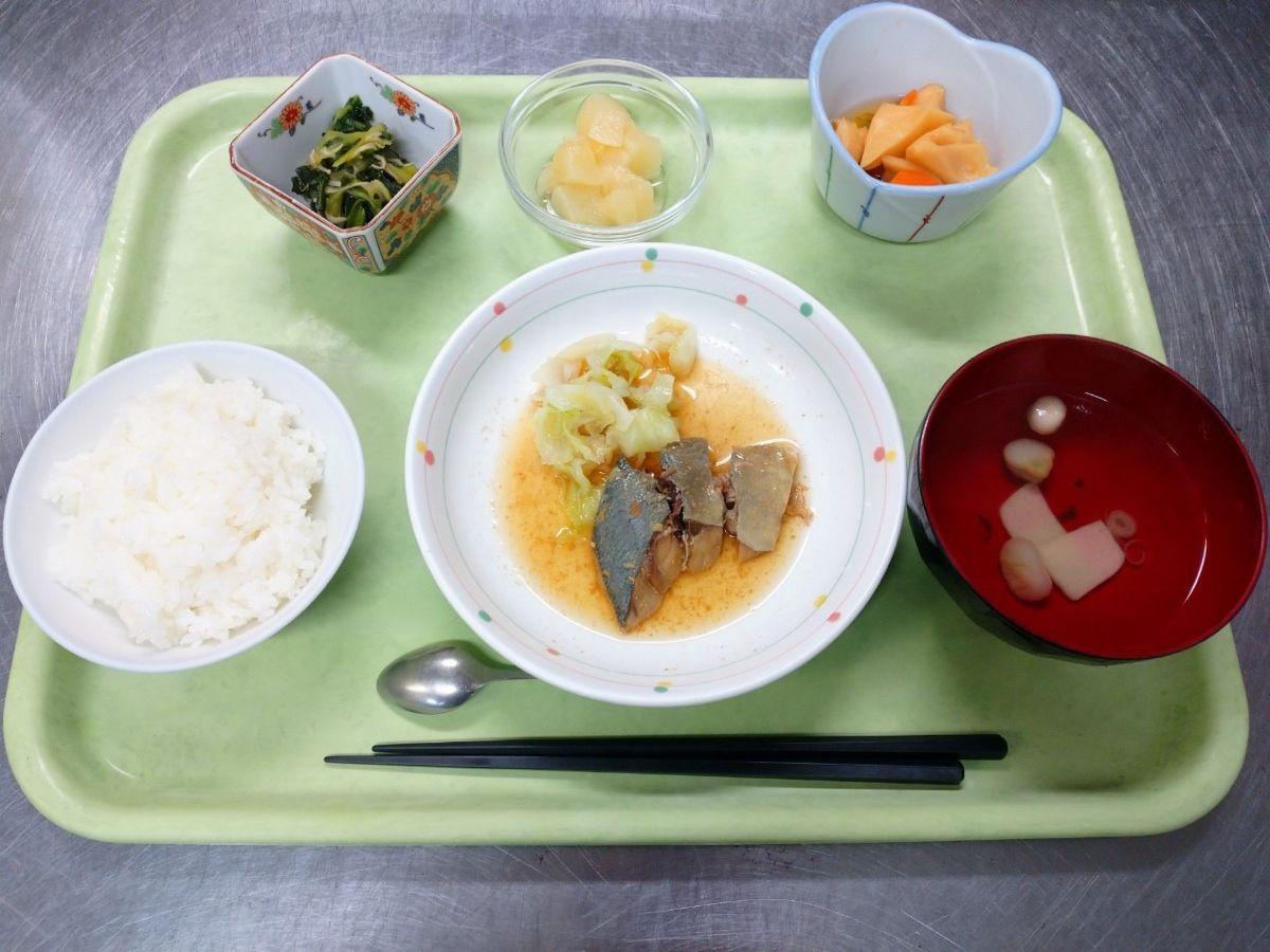 ごはん、すまし汁、あじの胡麻だれかけ、竹の子の甘辛煮、青梗菜とえのきの和え物、白桃でした!