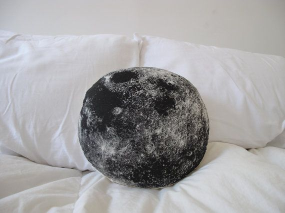 Plush Moon Pillow por shannonbroder en Etsy