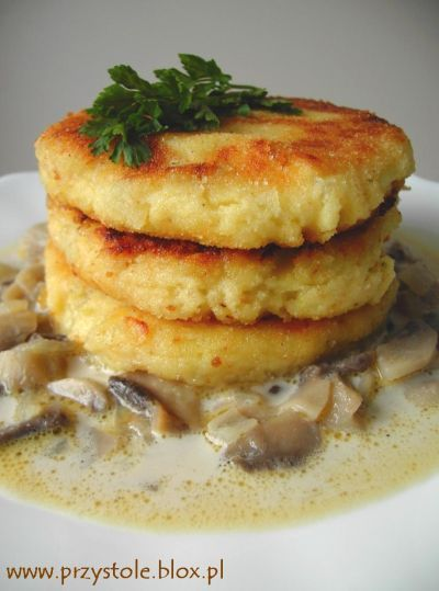 Kotleciki - Polish potato pancakes with mushroom sauce. Recipe in Polish.