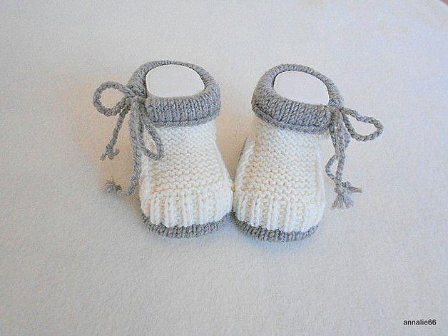 Entzückende gestrickte Babyschuhe in naturweiss mit hellbraunem Rand. Das sind Baby`s erste richtige Schühchen. Sie sind sehr warm und sehr weich.Der seitliche Verschluß macht sie zu einem... #crochetbabycocoon