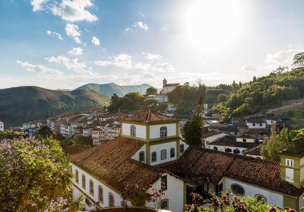 """Ouro Preto er en af Brasiliens mange hyggelige småbyer. Den ligger smukt oppe i bjergene, og har smukke hvidkalkede huse, røde tegltage og en dejlig kirke. Byens navn betyder """"Sort guld"""", fordi lykkejægere i sin tid strømmede til byen på jagt efter guld."""