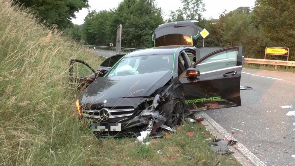Autounfall In Baden Wurttemberg Mercedes Kracht In Porsche