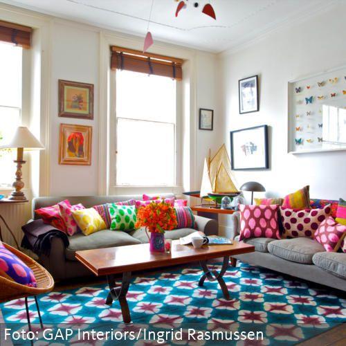 Bunte Kissen und gemusterter Teppich im farbenfrohen Wohnzimmer - teppich wohnzimmer bunt