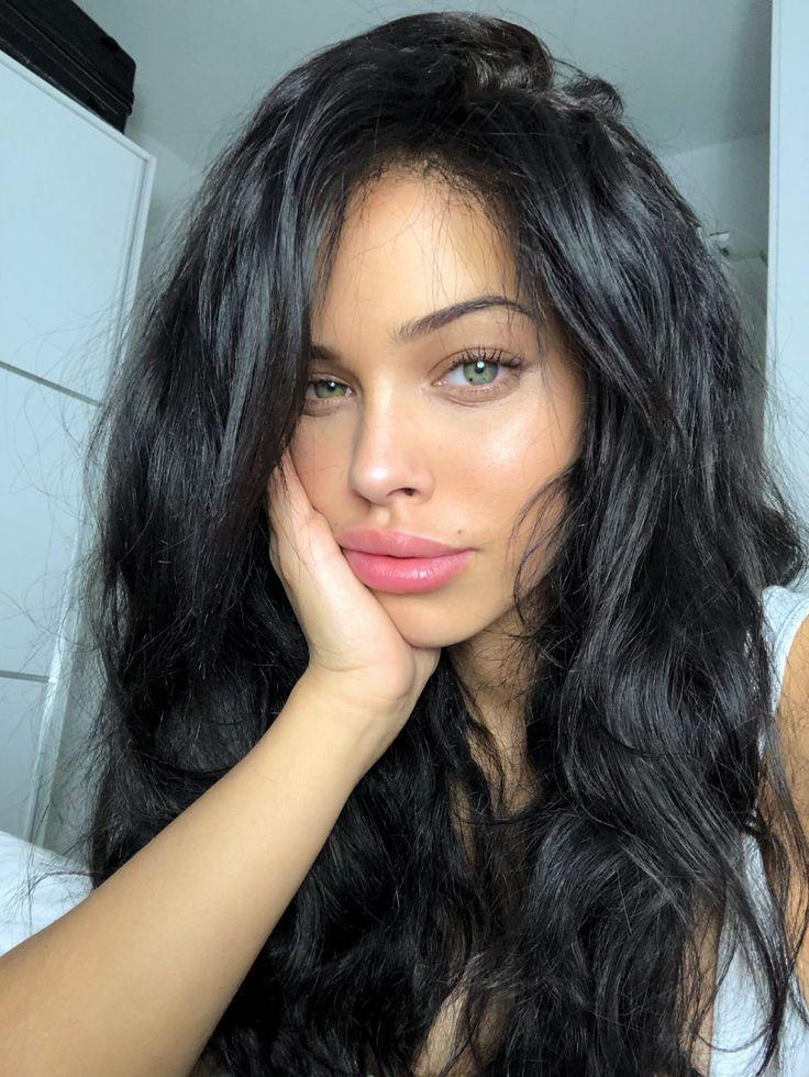 Schwarzhaarig … ihr Makeup ist gut Sommer, glücklich